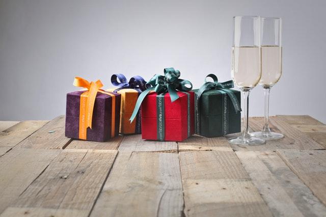 Sådan giver du en gave der overrasker